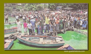 Feligreses prestos a acompañar la procesión acuática del Niño de Atocha 2011