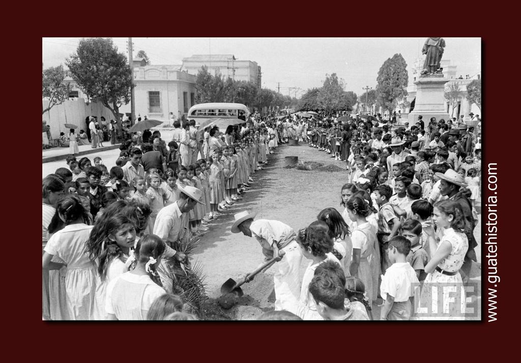 Foto datada en 1,953 Acto cívico escolar