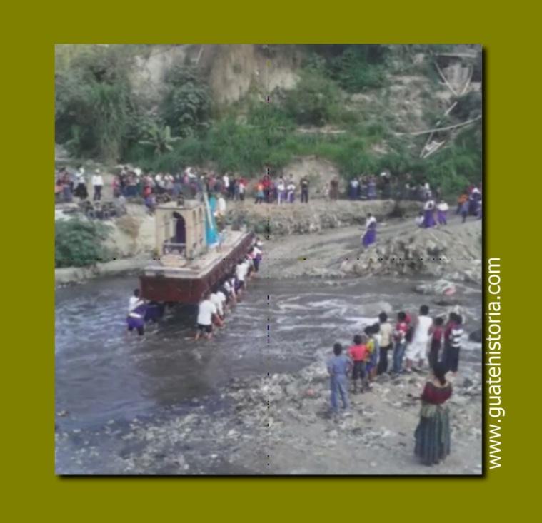 Devotos cargadores caminan descalzos para pasar el río