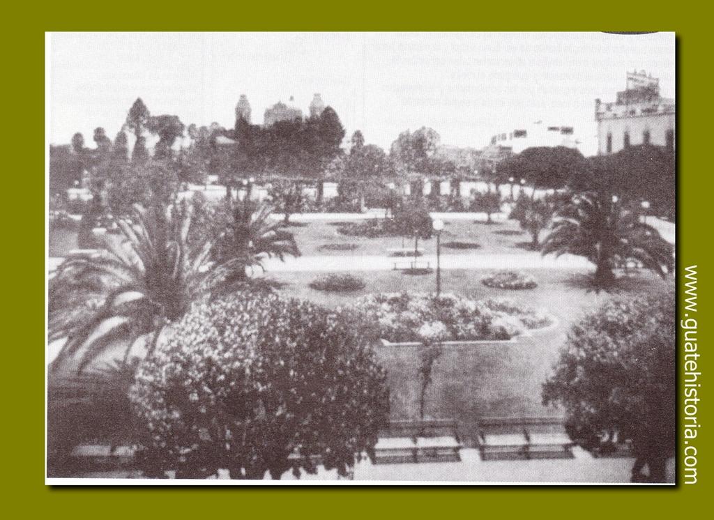 """Parque Centenario y uno de sus dos famosos """"peladeros"""" (bancas para charlar) 1955"""